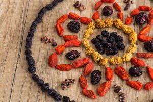 Verschiedene Beeren aufgelegt als Mandala