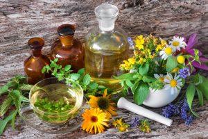 Medizinische Flaschen und heilende Kräuter