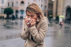 Nießende Frau auf der Straße