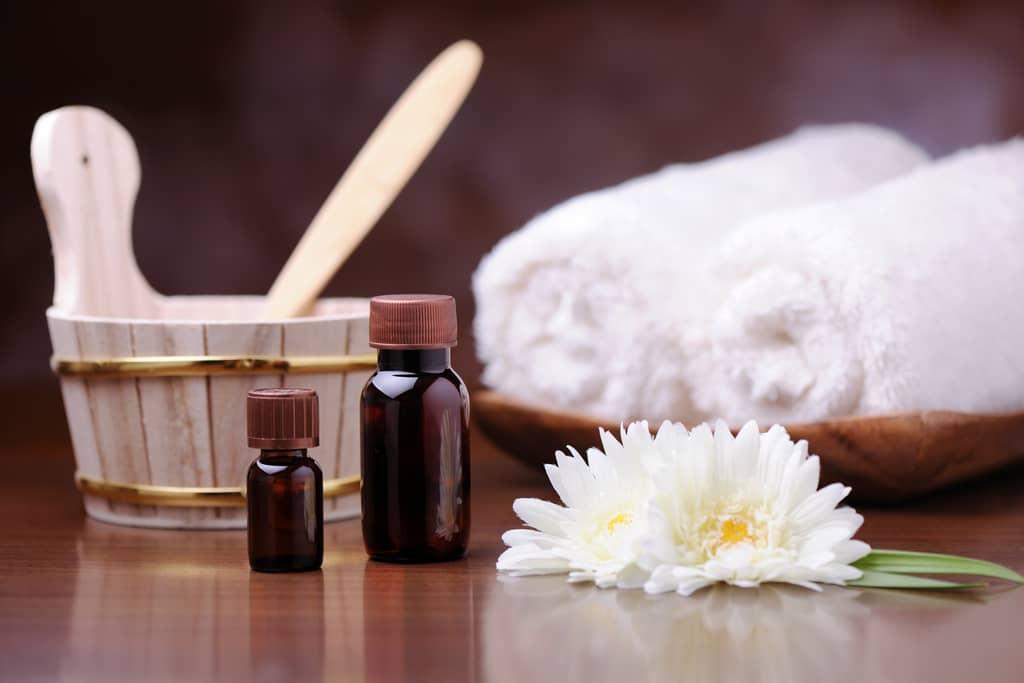 Saunakübel, Duftöl und Handtuch