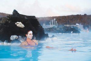 Eine Frau nimmt gerade ein Bad mit Vulkanerde zur Entschlackung und Entspannung