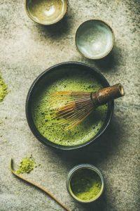 Teezubereitung mit Matcha-Pulver, Bambusbesen, Schale