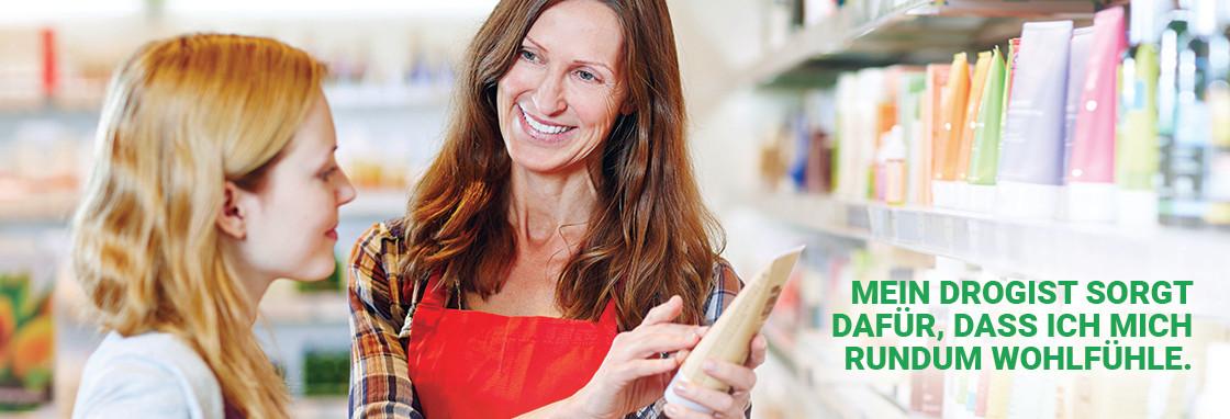 Eine Drogistin berät eine Kundin beim Einkauf