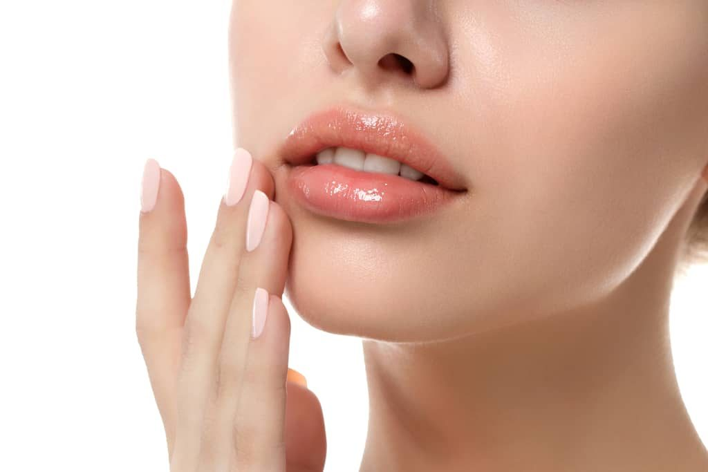 Frau pflegt ihre trockenen Lippen