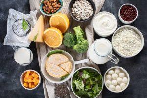 Nahrungsmittel auf dem Tisch mit vielen Mikronährstoffen.