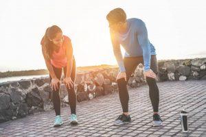 Man und Frau haben cool down phase nach Sport.